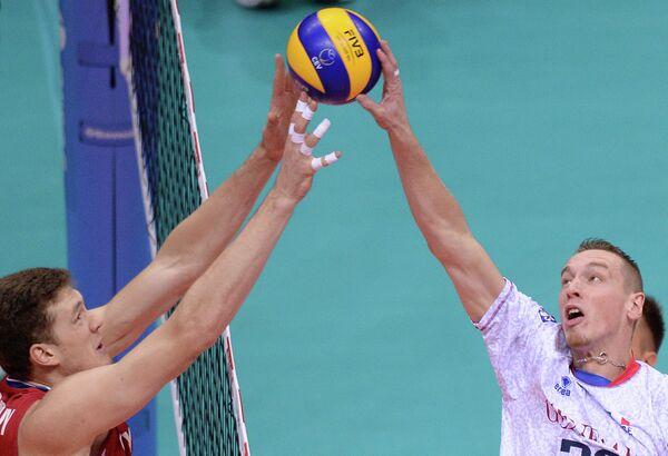 Блокирующий сборной России Дмитрий Мусэрский и блокирующий сборной Франции Кевин Ле Ру (слева направо)