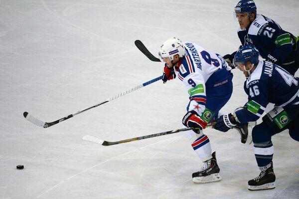 Нападающий СКА Тони Мортенссон, защитник Динамо Янне Яласваара и нападающий Динамо Мартиньш Карсумс (слева направо)