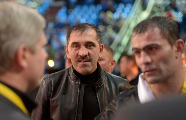 Глава Инушетии Юнус-Бек Евкуров (в центре) и россиянин Рахим Чахкиев (справа) после боя против румына Юлиана Илие