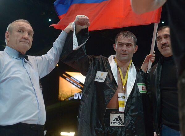 Россиянин Рахим Чахкиев (в центре) после победы над румыном Юлианом Илие