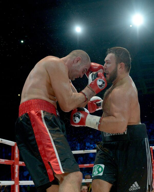 Узбек  Руслан Чагаев (справа) и серб Йово Пудар ведут бой за титул WBA Continental