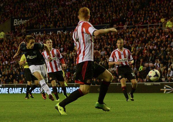 Полузащитник Манчестер Юнайтед Аднан Янузай забивает мяч в ворота Сандерленда