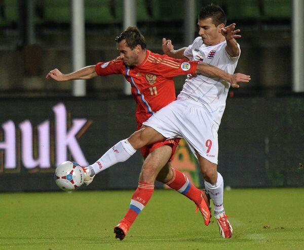 Нападающий сборной России Александр Кержаков и нападающий сборной Люксембурга Даниэль Да Мота (слева направо)