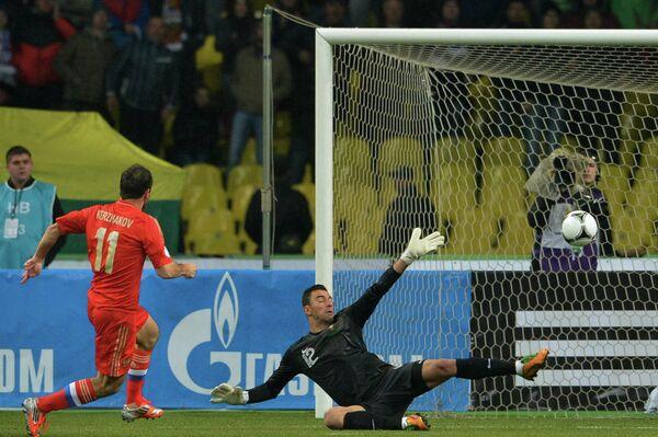 Александр Кержаков (слева) забивает гол в ворота голкипера сборной Португалии Руя Патрисиу (справа)