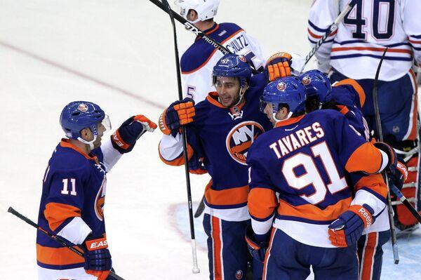 Хоккеисты Нью-Йорк Айлендерс поздравляют Кайла Окпосо с шайбой в ворота Эдмонтон Ойлерс