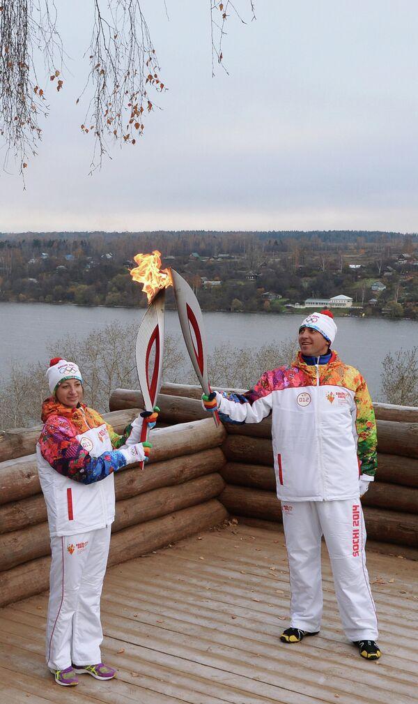 Передача олимпийского огня во время эстафеты в городе Плес Ивановской области