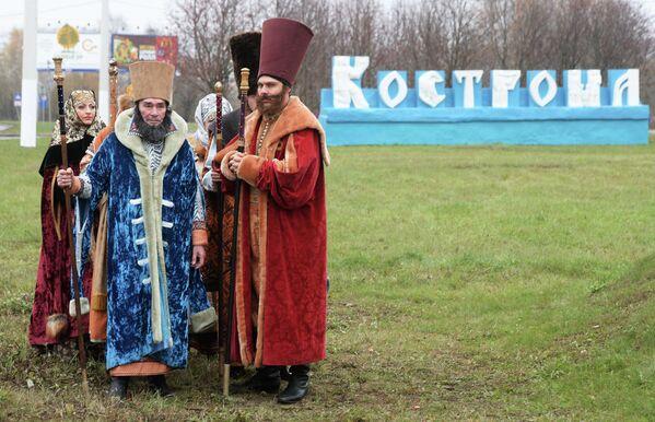 Во время эстафеты олимпийского огня в городе Кострома.