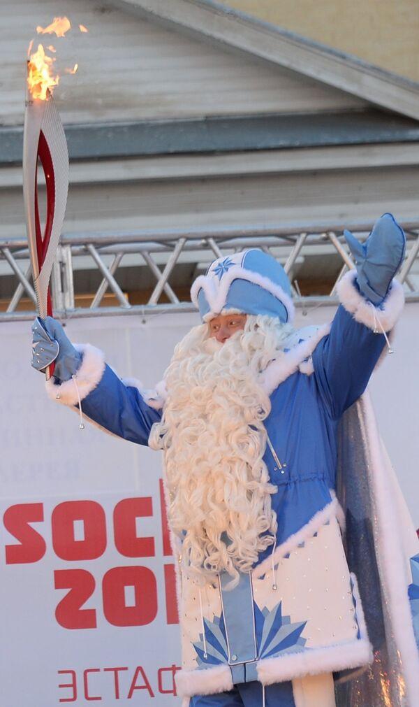 Факелоносец в костюме Деда Мороза
