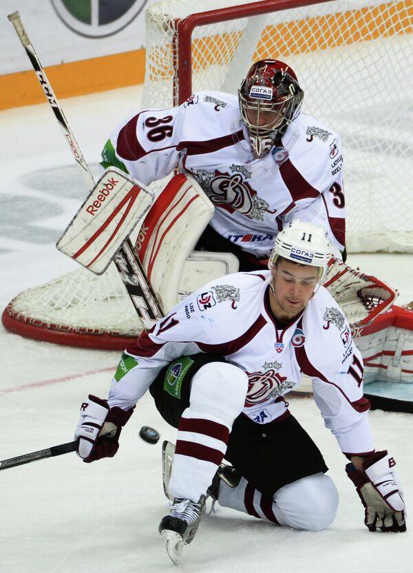 Кристапс Сотниекс (на первом плане) и вратарь Динамо Якуб Седлачек. Динамо (Рига)