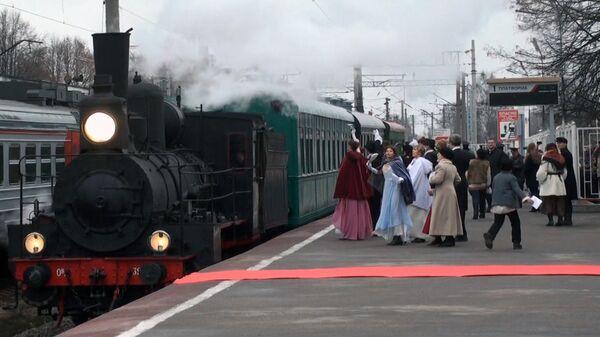 Дамы в костюмах XIX века встречали в Павловске ретро-поезд с огнем ОИ