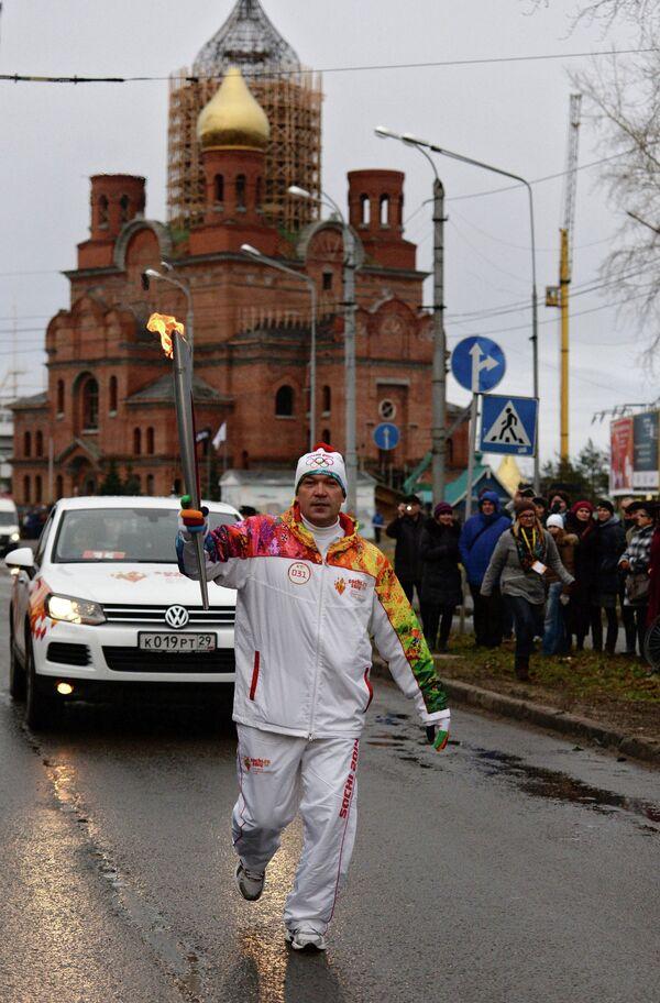 Игорь Гапанович во время эстафеты олимпийского огня в Архангельске