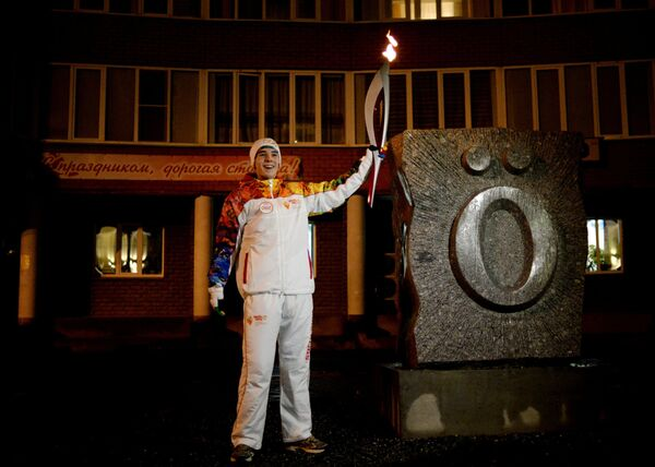 Факелоносец во время эстафеты олимпийского огня в Сыктывкаре