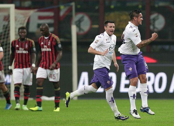 Футболисты Фиорентины радуются мячу Хуана Мануэля Варгаса в ворота Милана