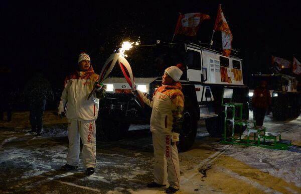Факелоносцы во время эстафеты олимпийского огня в Салехарде