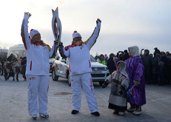 Факелоносцы во время эстафеты олимпийского огня в Новом Уренгое
