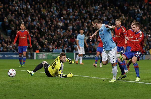 Альваро Негредо забивает мяч в ворота Игоря Акинфеева