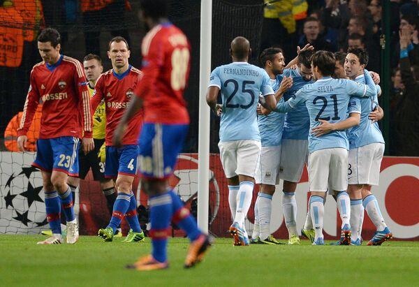 Футболисты Манчестер Сити поздравляют друг друга с голом, забитым в ворота ЦСКА