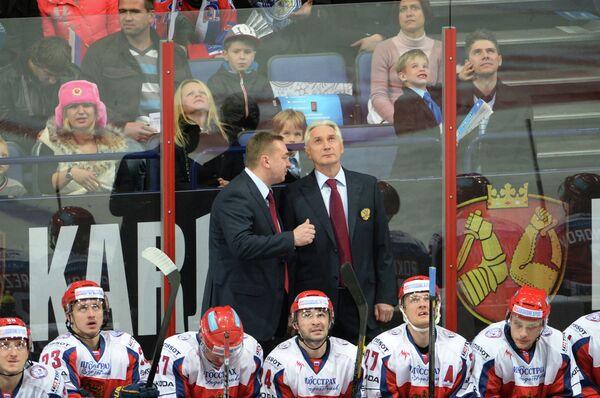 Зинэтула Билялетдинов (на заднем плане, справа)