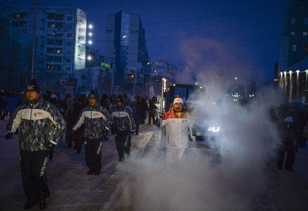 Факелоносец во время эстафеты олимпийского огня в Якутске