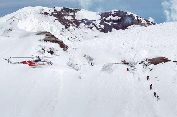 Факелоносцы спускаются с вершины Авачинского вулкана во время эстафеты олимпийского огня в Камчатском крае