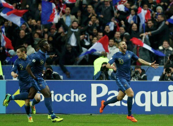 Нападающий сборной Франции Карим Бензема празднует мяч, забитый в ворота украинской национальной команды