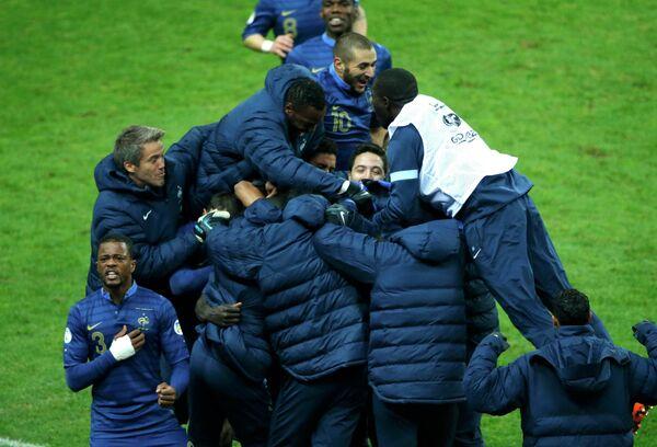 Футболисты сборной Франции радуются третьему забитому мячу в ворота украинцев