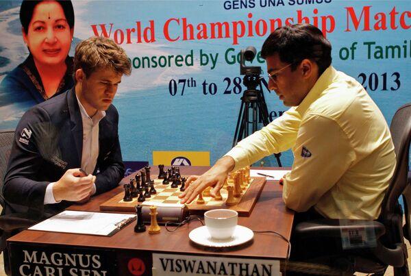 Магнус Карлсен (слева) и Вишванатан Ананд