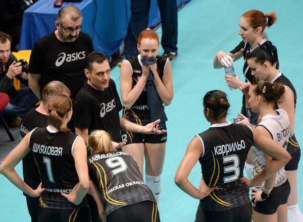 Главный тренер ВК Омичка Зоран Терзич (второй слева) и волейболистки клуба