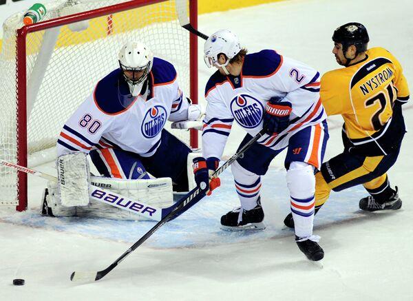 Игровой момент матча НХЛ Нэшвилл Предаторз - Эдмонтон Ойлерз. Слева - Илья Брызгалов