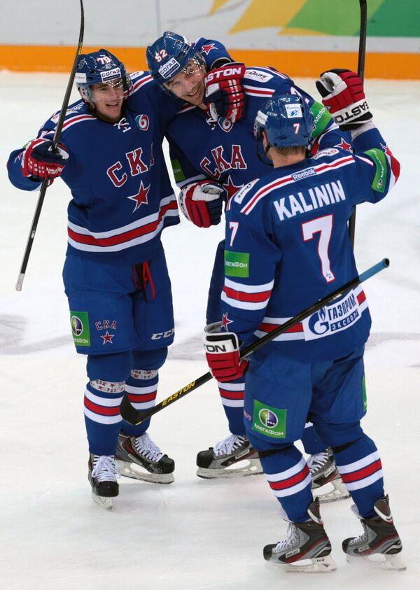 Хоккеисты СКА Роман Червенка, Алексей Семенов и Дмитрий Калинин (слева направо)