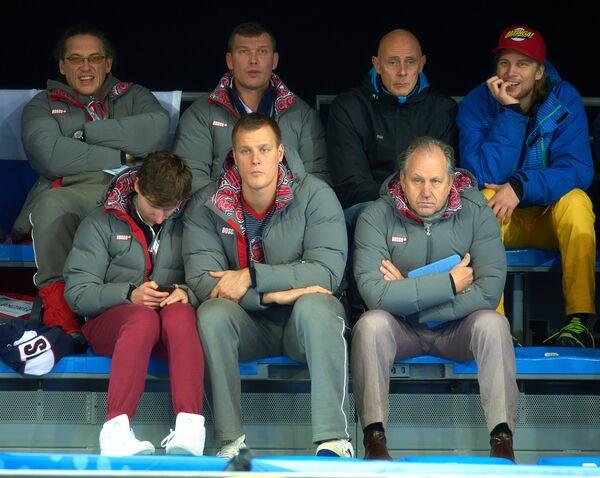 Андрей Дроздов, Петр Дрон, тренер мужской сборной России по керлингу Роджер Шмидт (в первом ряду слева направо), Василий Гудин (во втором ряду слева) и Андерс Краупп (во втором ряду второй справа).