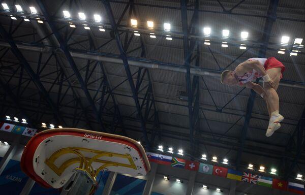 Опорный прыжок во время соревнований по спортивной гимнастике