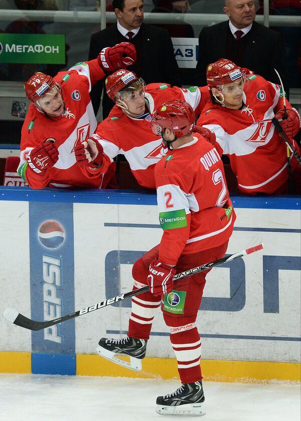 Игроки ХК Спартак Филипп Толузаков, Павел Медведев, Дерон Куинт и Виктор Бобров (слева направо)