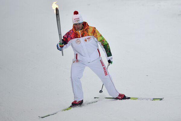 Сергей Тарасов во время эстафеты Олимпийского огня в Новосибирске.