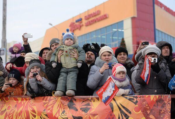 Зрители во время эстафеты олимпийского огня в городе Каменск-Уральский