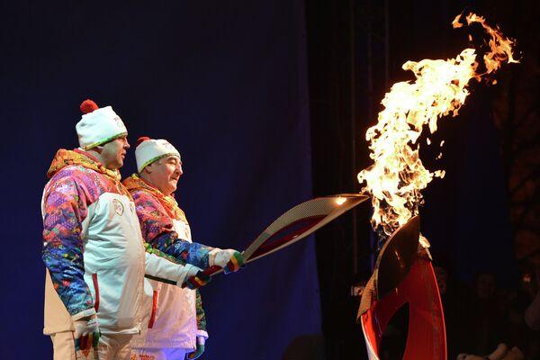 Олег Богомолов (справа) и Александр Меньщиков во время церемонии зажжения чаши огня ОИ в Кургане