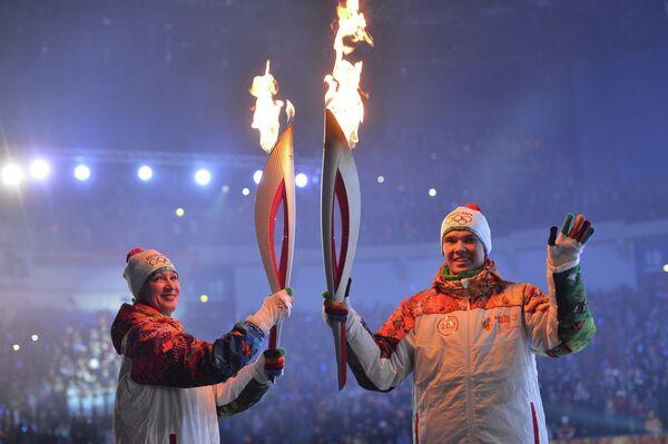 Бронзовый призер Олимпийскихигр по биатлону Елена Кальянова (слева)