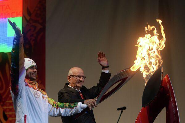 Чемпион Паралимпийских игр в плавании Павел Полтавцев (слева) и губернатор Оренбургской области Юрий Берг во время эстафеты олимпийского огня в Оренбурге