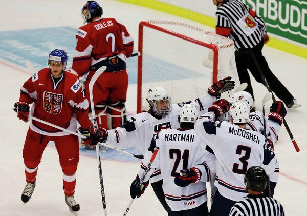 Хоккеисты сборной США (справа