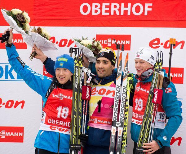 Алексей Волков (Россия) - серебряная медаль, Мартен Фуркад (Франция) - золотая медаль, Тарьей Бе (Норвегия) - бронзовая медаль  (слева направо)