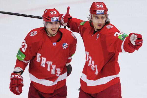 Игроки ХК Витязь Дмитрий Шитиков (слева) и Яков Селезнев