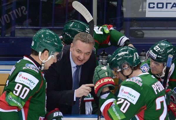 Валерий Белов (второй слева) и хоккеисты Ак Барса