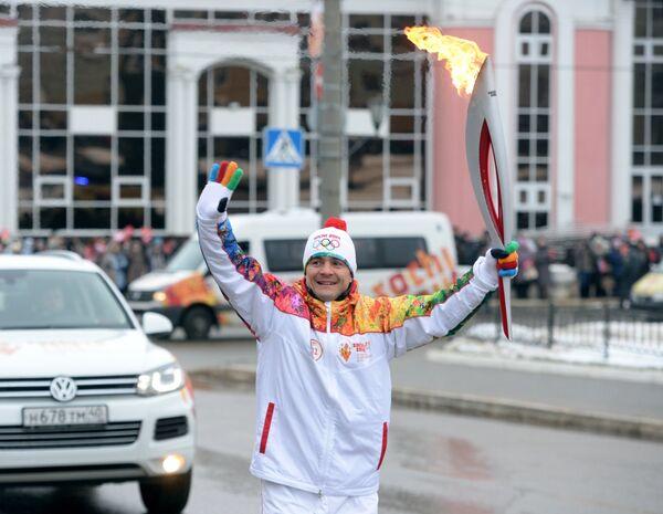 Факелоносец, олимпийский чемпион 2004 года, заслуженный мастер спорта России по греко-римской борьбе Алексей Мишин во время эстафеты олимпийского огня в Саранске