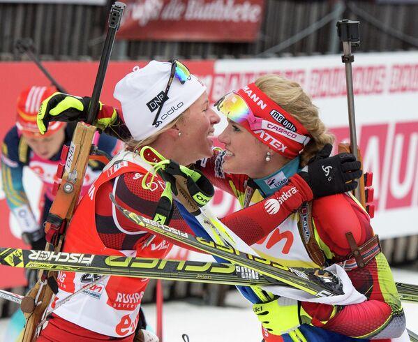 Норвежка Тириль Экхофф (слева) и чешка Габриэла Соукалова