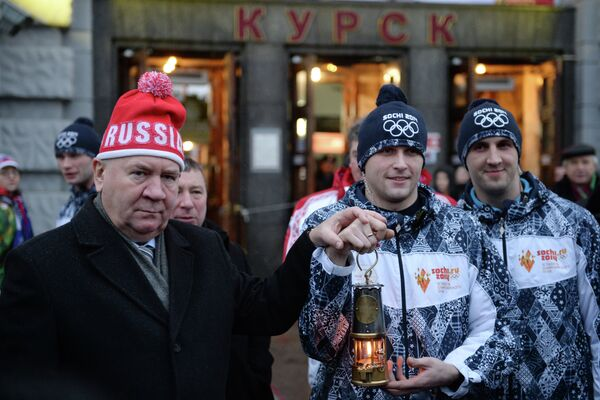 Губернатор Курской области Александр Михайлов (слева) во время встречи олимпийского огня на железнодорожном вокзале в Курске