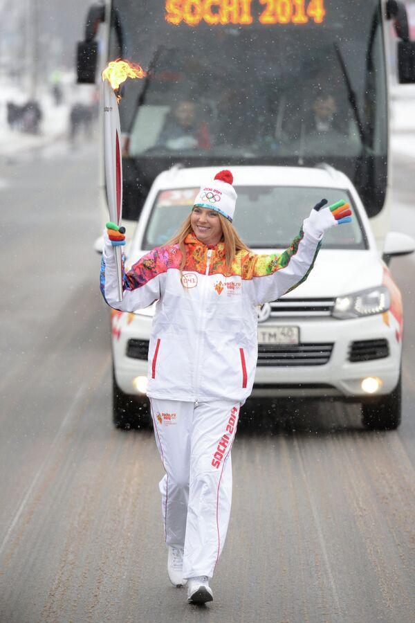 Певица Алена Сусова, известная под псевдонимом Варвара, во время эстафеты олимпийского огня в Курске