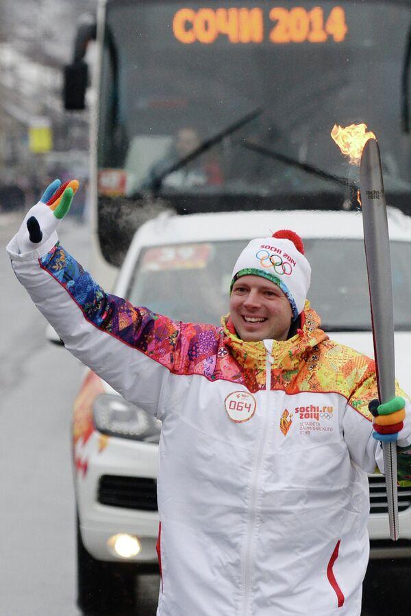 Бывший пресс-атташе футбольного клуба Москва Максим Мотин во время эстафеты олимпийского огня в Курске