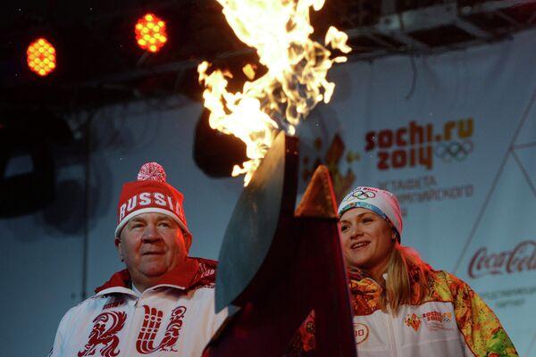 Губернатор Курской области Александр Михайлов и олимпийская чемпионка 2008 года по фехтованию, заслуженный мастер спорта Евгения Ламонова
