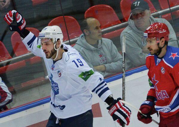 Хоккеист владивостокского Адмирала Джастин Ходжмэн (слева)