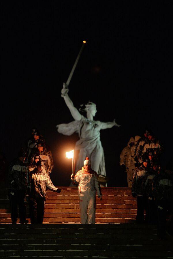 Российский футболист Олег Веретенников во время эстафеты олимпийского огня в Волгограде